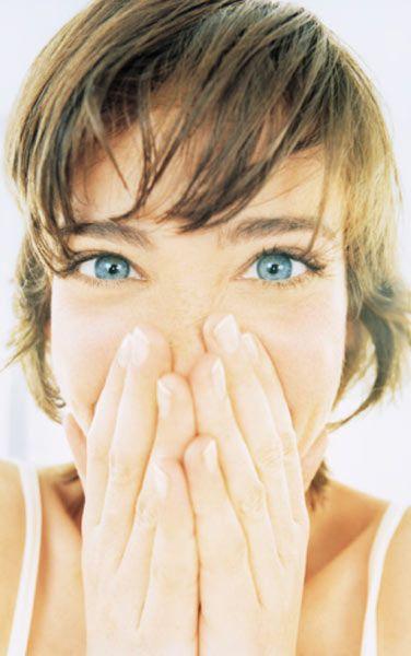 Cildinizi aşırı sıcak ve aşırı soğuktan koruyun: Sıcak ve soğuk havalarda cilt nemini kaybeder. Özellikle kisin cilt tipiniz için uygun nemlendiricileri mutlaka uygulayın.   Sigara içmeyin: Sigara cildin ihtiyacı olan oksijeni azaltır ve cildin yenilenmesini engeller. Cilde solgun görünüm verir.   Cildinizi derinlemesine temizleyin: Bazı yaşı ilerlemiş bayanlar cildi kurutacağı ve kırışıklıkları artıracağı düşüncesiyle cilt temizliği yapmaktan kaçınır. Pamukla uygulayacağınız bir temizleyici kremin, birkaç dakika cildin üstünde kaldıktan sonra bol suyla yıkanması yeterli olur.
